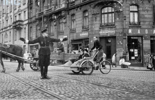 Ruch na skrzyżowaniu ul. Nowy Świat i Książęcej - 1940 Narodowe Archiwum Cyfrowe nac.gov.pl