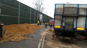 Przewrócona ciężarówka, na drodze 30 ton ziemniaków