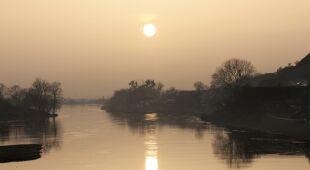 Biały zachód słońca nad Wartą
